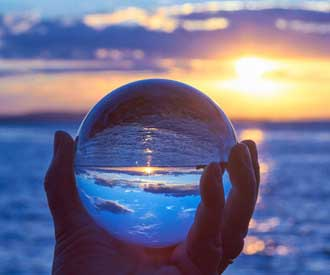 Kristallkugel über dem Meer