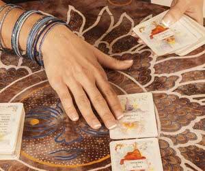 Kartenlegerin mit Tarotkarten